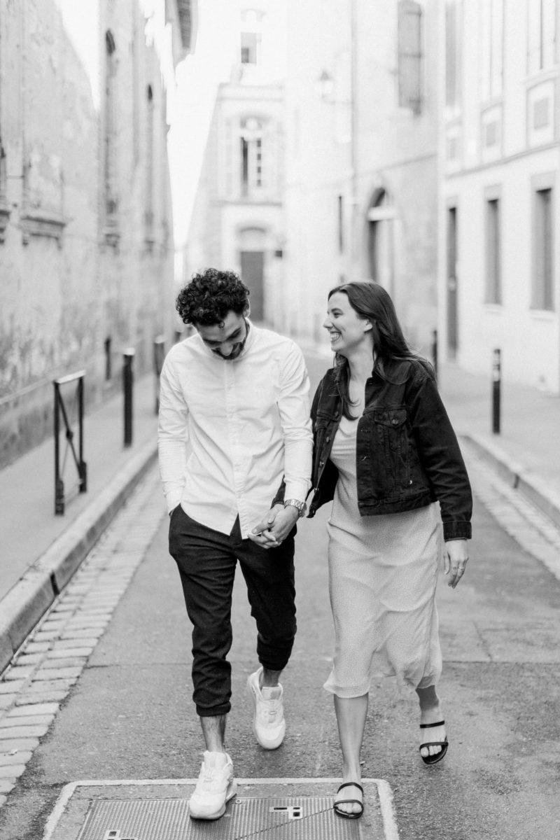 couple qui se marche dans les rues de Toulouse durant une séance photo couple à Toulouse