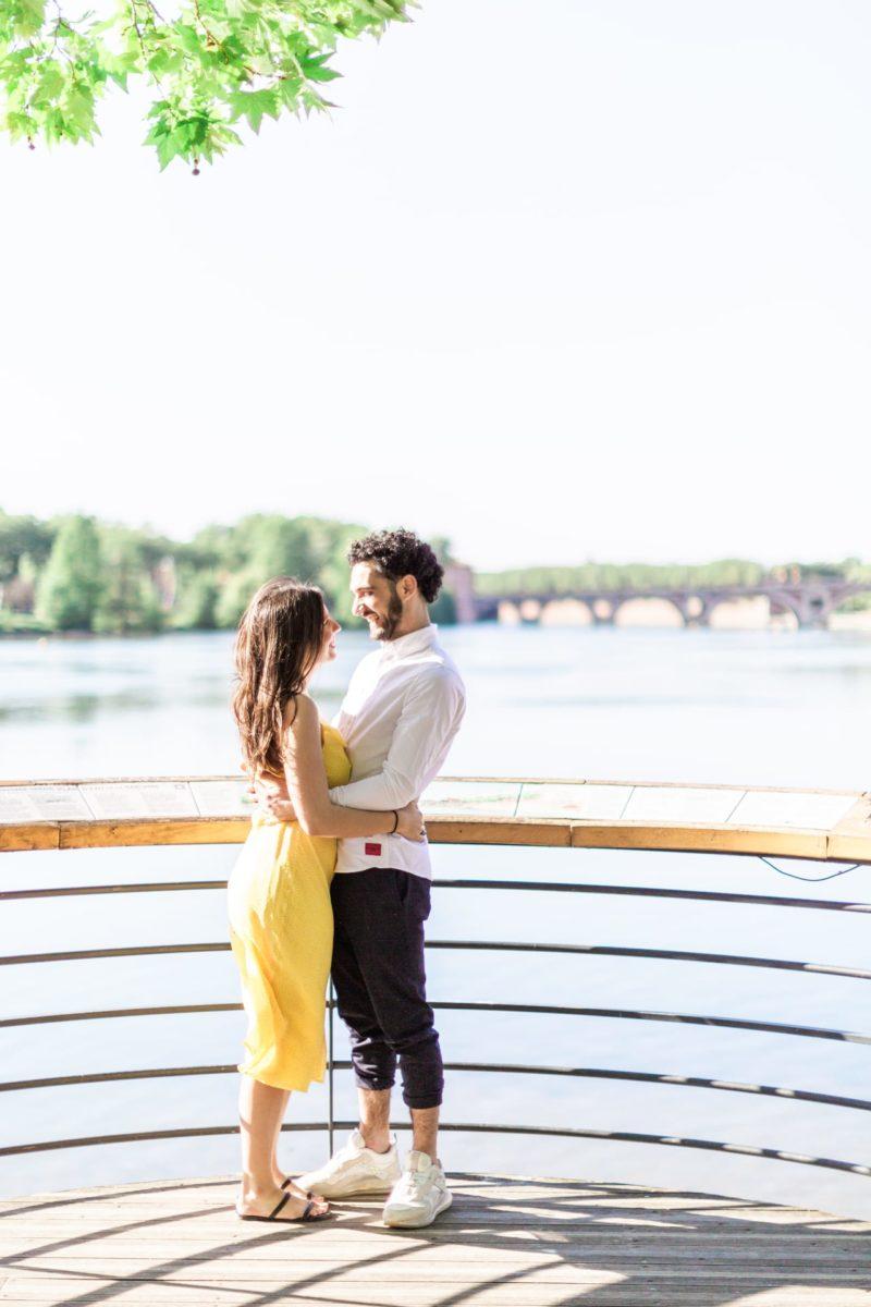 couple qui se prend dans les bras durant une séance photo couple à Toulouse
