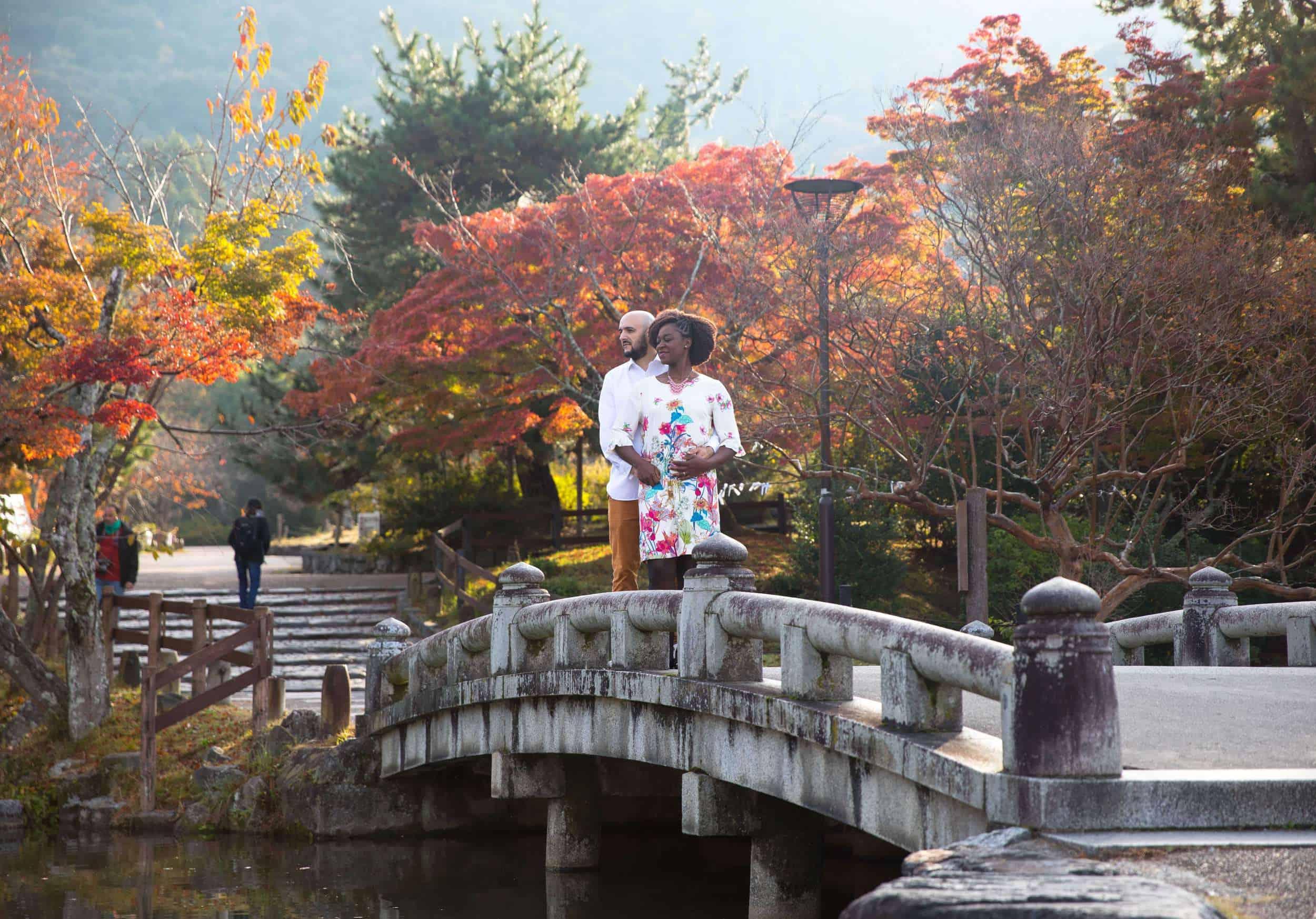 couple dans les bras à Kyoto sur un pont