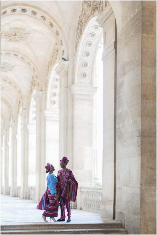 couple en tenue traditionnelle au louvres de Paris